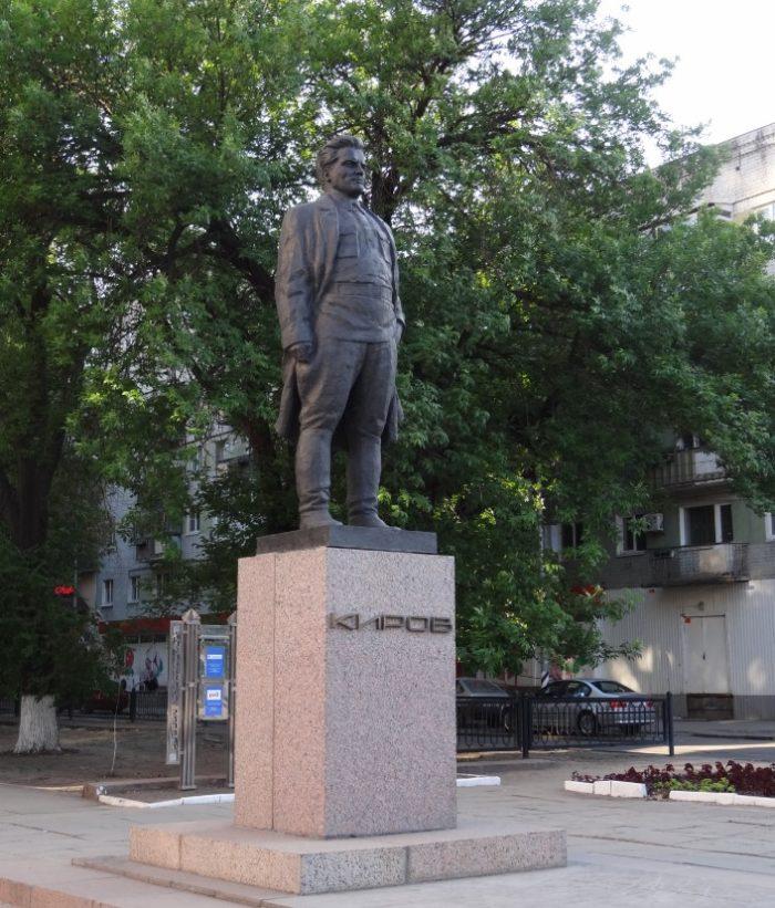 pamyatnik-sm-kirovu-700x821