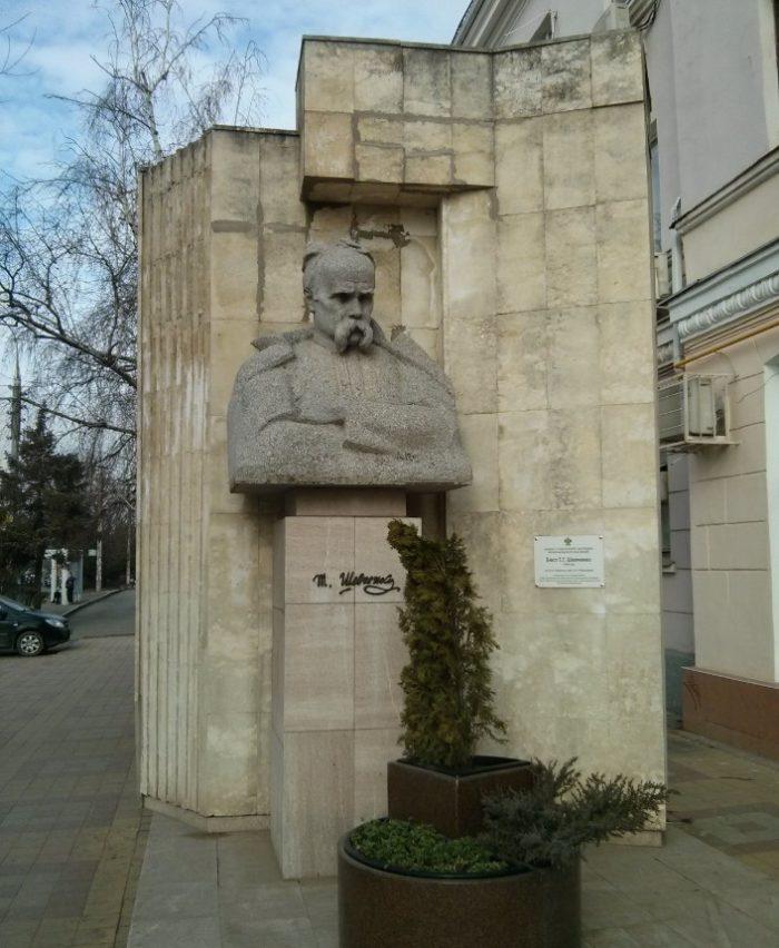 pamyatnik-tarasu-shevchenko-700x852
