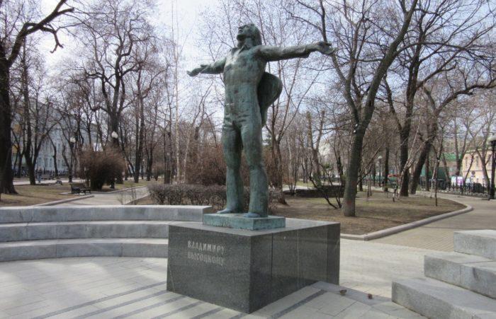 pamyatnik-vladimiru-vysockomu-700x451