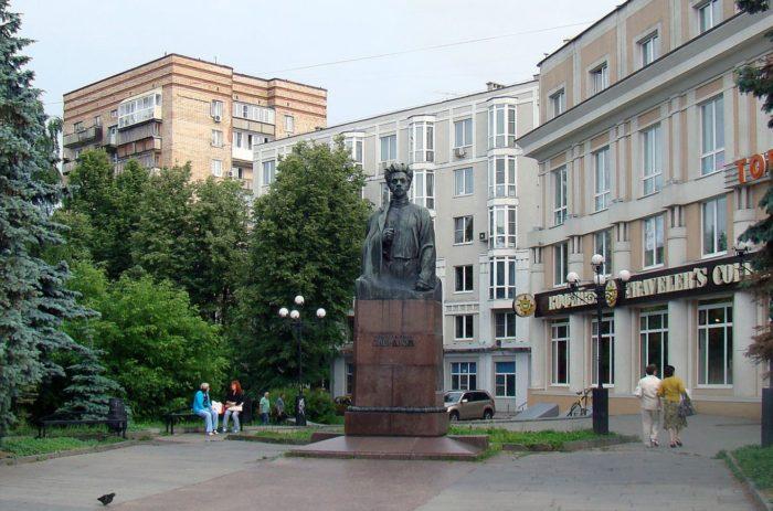 pamyatnik-yam-sverdlovu-700x463