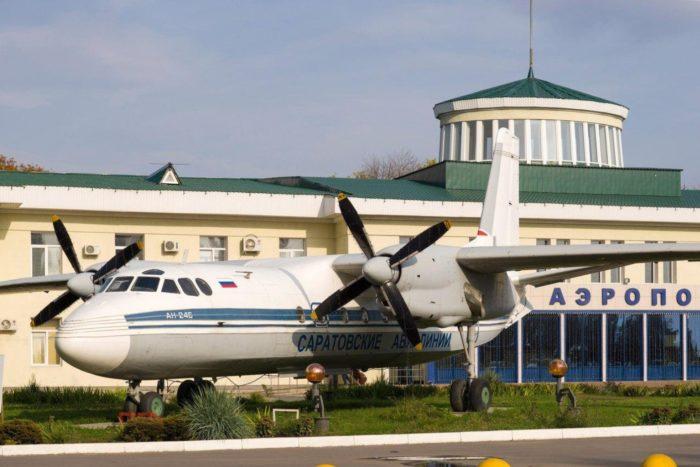 samolyot-pamyatnik-an-24b-700x467