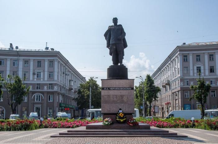 pamyatnik-id-chernyahovskomu-700x462