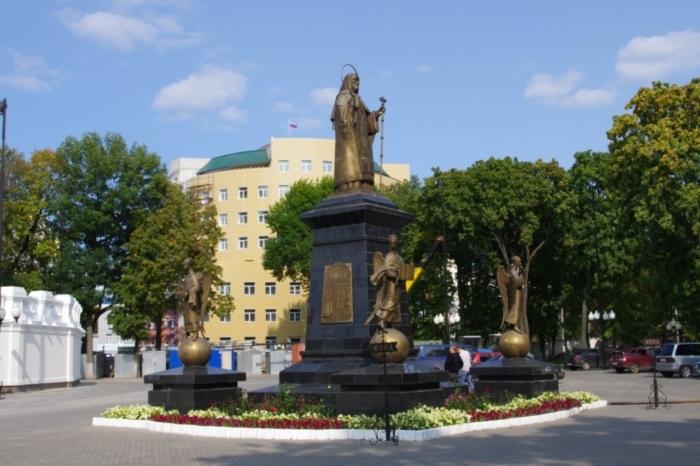 pamyatnik-svyatitelyu-mitrofanu-voronezhskomu-700x466