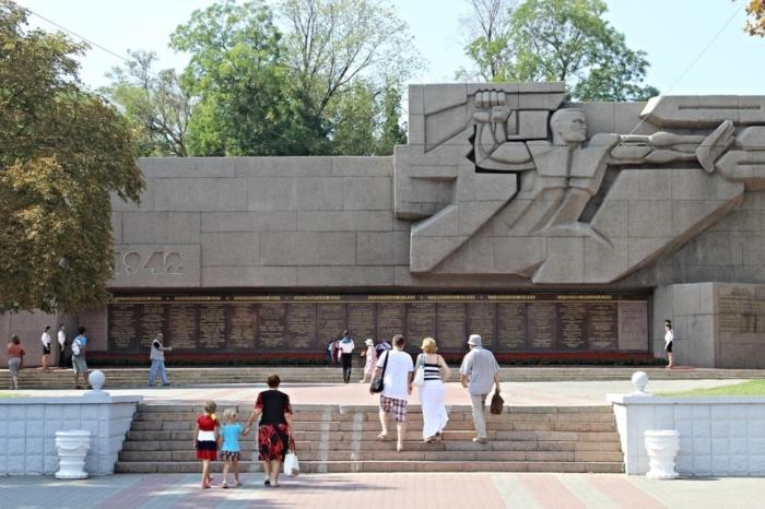 memorial-v-chest-geroev-vtoroj-oborony-sevastopolya-700x466