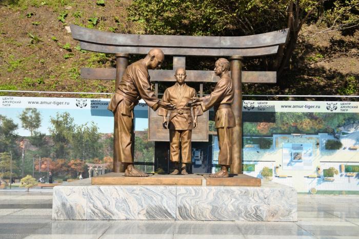 memorial-vasiliyu-oshhepkovu-i-ego-yaponskim-uchitelyam-700x467