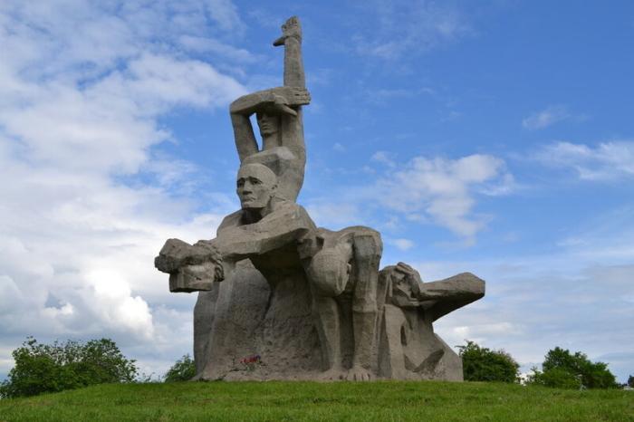 memorial-zhertvam-fashizma-v-zmievskoj-balke-700x466