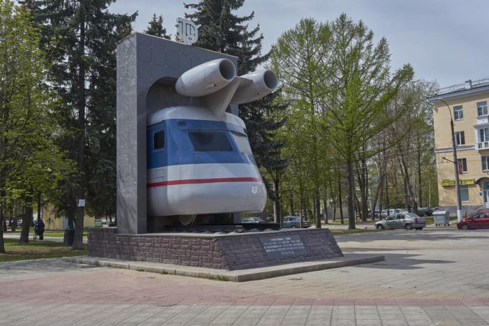 memorialnaya-stela-k-110-letiyu-osnovaniya-TVZ--700x467