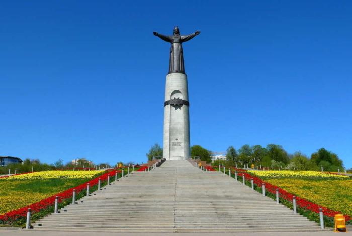 monument-materi-pokrovitelnitse-700x470