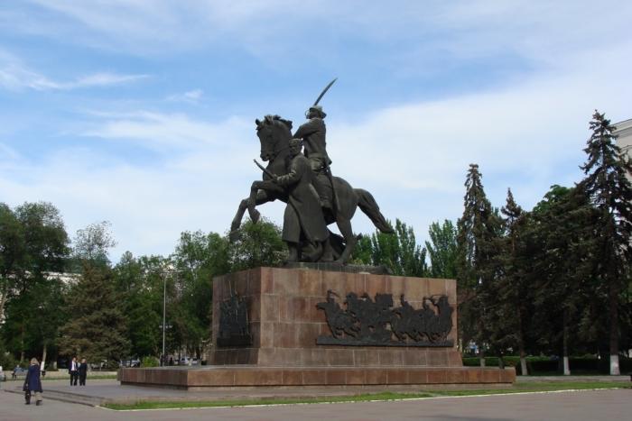 monument-pervokonnikam-700x467