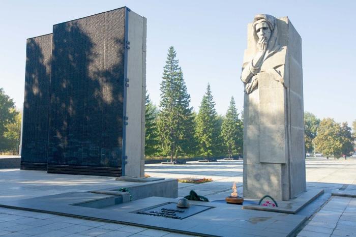 monument-slavy-1-700x466