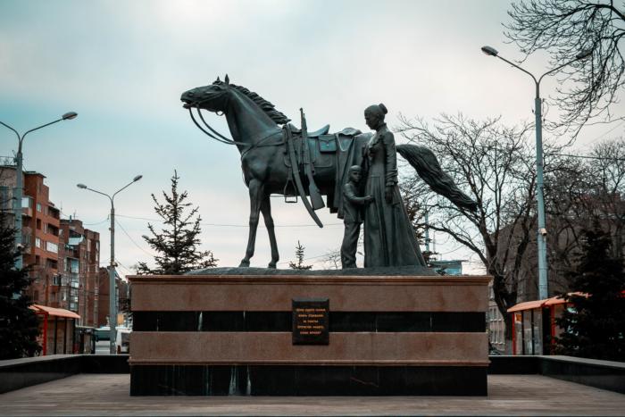 ne-vernuvshimsya-kazakam-zashhishhavshim-rodinu-700x467