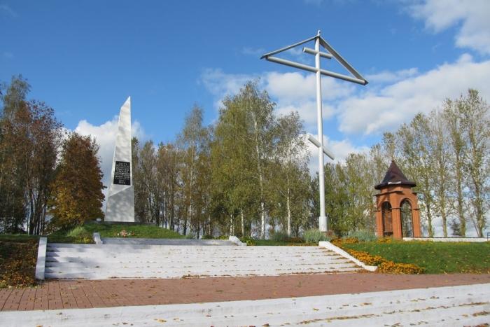 obelisk-na-meste-kontslagerya-5-j-polk-700x467