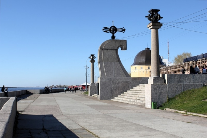 obelisk-na-myse-pur-navolok-700x466