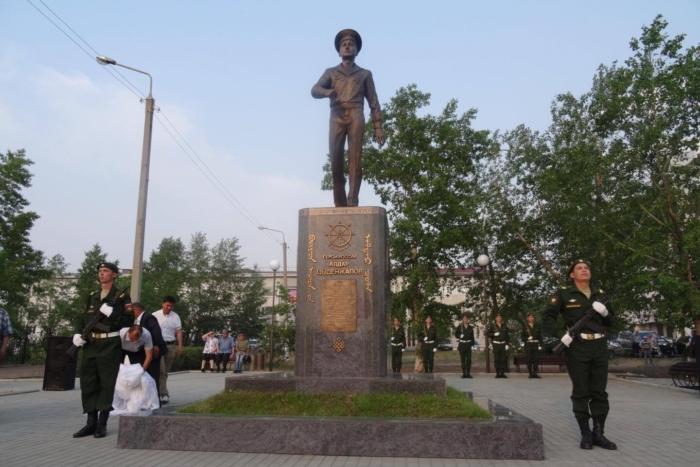 pamyatnik-ab-tsydenzhapovu-700x467