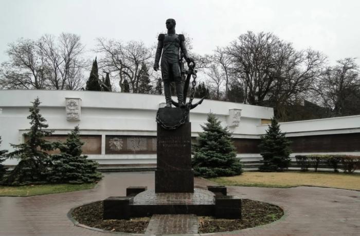 pamyatnik-admiralu-dn-senyavinu-700x460