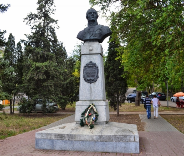 pamyatnik-admiralu-ff-ushakovu-700x597