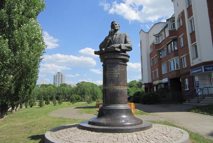 pamyatnik-akademiku-vv-nikolaevu