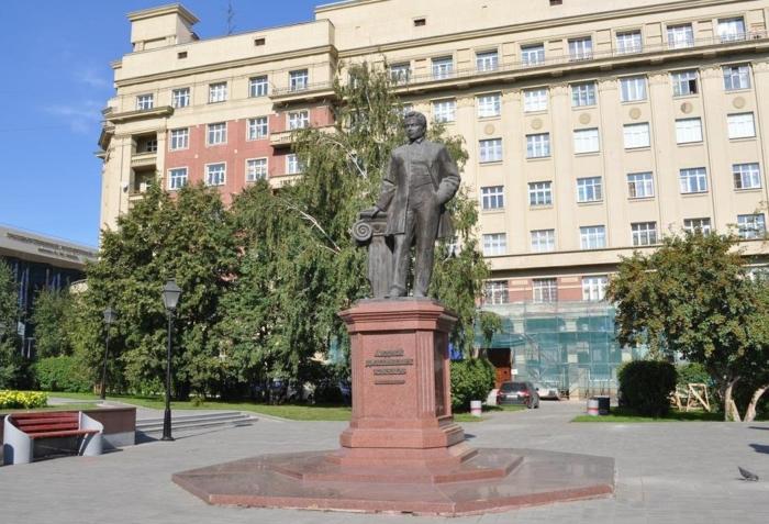 pamyatnik-arhitektoru-ad-kryachkovu-700x477