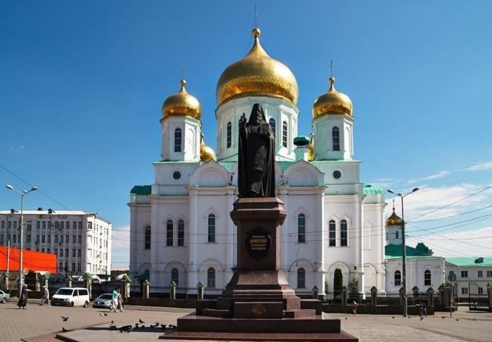 pamyatnik-dmitriyu-rostovskomu-700x487
