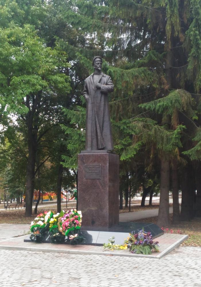 pamyatnik-fe-dzerzhinskomu-1-700x1001