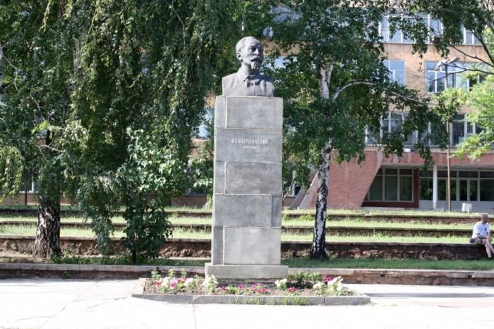 pamyatnik-fe-dzerzhinskomu-700x467