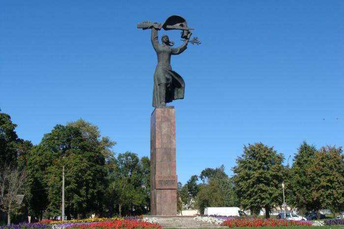 pamyatnik-geroyam-grazhdanskoj-vojny-700x466