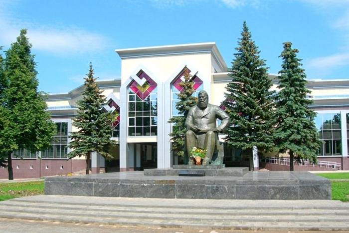 pamyatnik-iya-yakovlevu-700x467