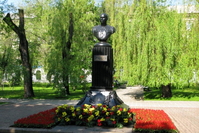 pamyatnik-ka-gurovu-700x466