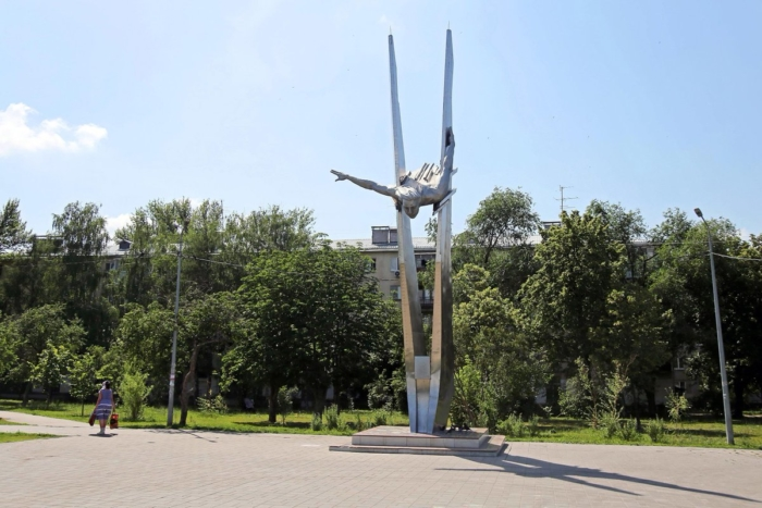 pamyatnik-lyotchitse-oa-sanfirovoj-700x467