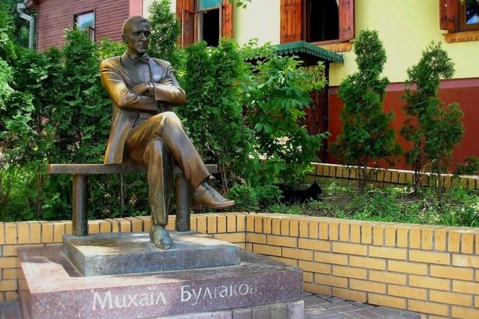 pamyatnik-ma-bulgakovu-700x467