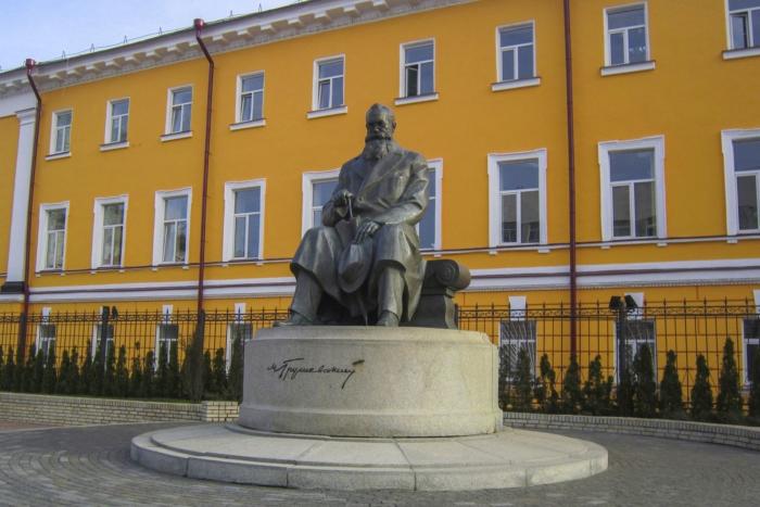 pamyatnik-ms-grushevskomu-700x467