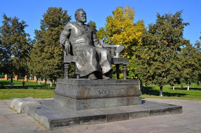 pamyatnik-ns-leskovu-1-700x466
