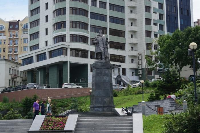 pamyatnik-os-makarovu-700x467