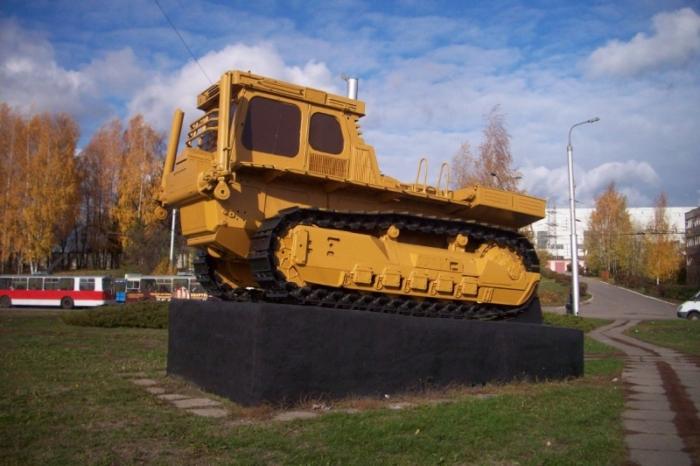 pamyatnik-pervomu-serijnomu-traktoru-700x466