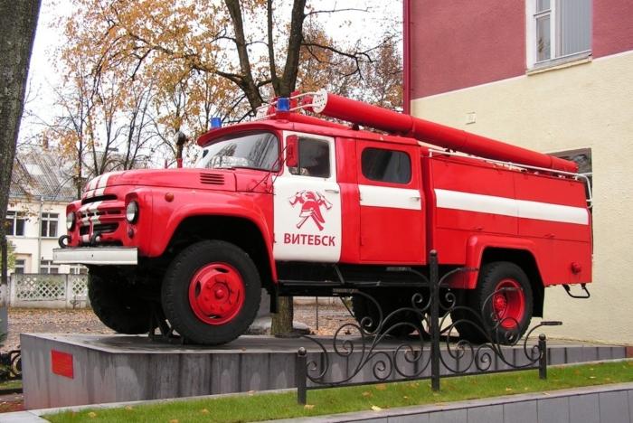 pamyatnik-pozharnomu-avtomobilyu-ats-40130-63a-700x468