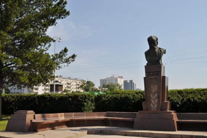 pamyatnik-pp-bazhovu-700x465