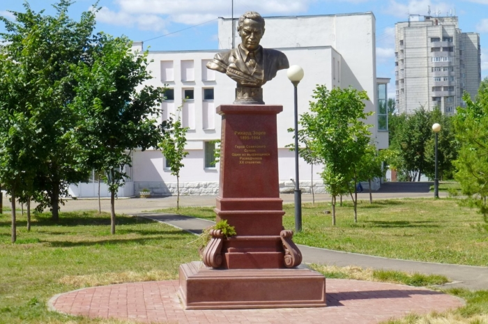 pamyatnik-rihardu-zorge-700x465