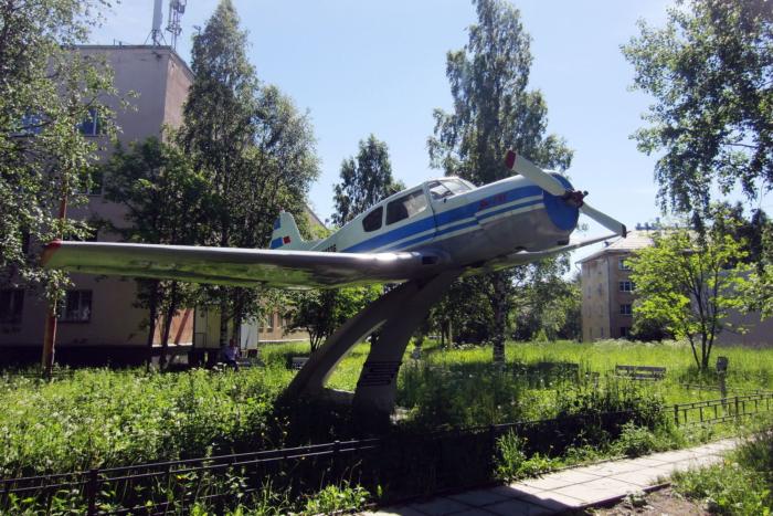 pamyatnik-samolyotu-yak-18t-700x467