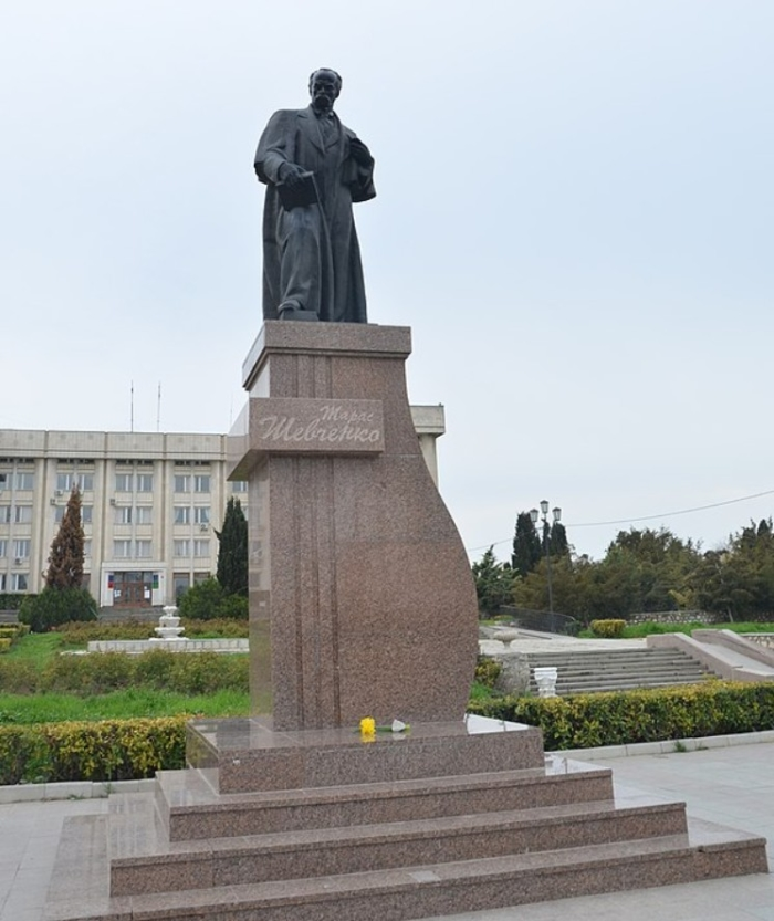 pamyatnik-tarasu-shevchenko-700x833