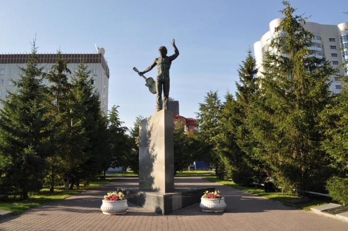pamyatnik-vs-vysotskomu-2-700x465