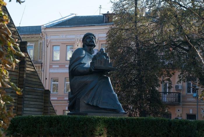 pamyatnik-yaroslavu-mudromu-700x469