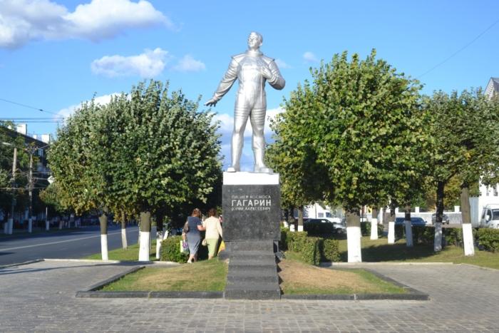 pamyatnik-yua-gagarinu-700x467