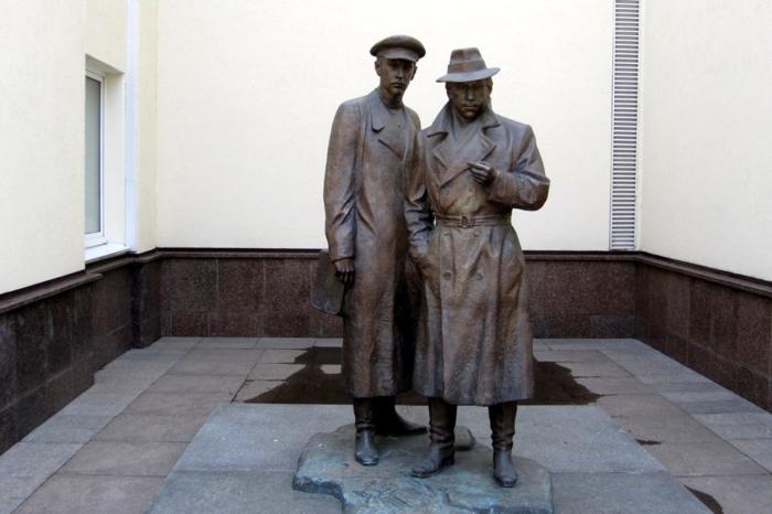 pamyatnik-zheglovu-i-sharapovu-700x466
