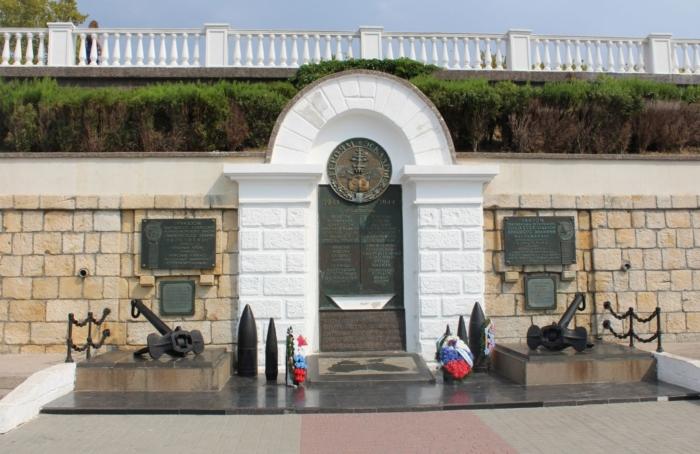pamyatnyj-znak-moryakam-ehskadry-chernomorskogo-flota-700x454