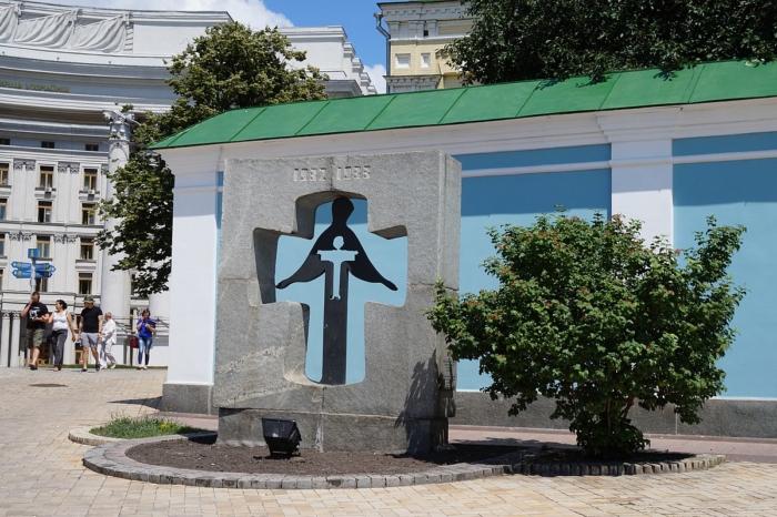 pamyatnyj-znak-zhertvam-golodomora-1932-1933-godov-700x466