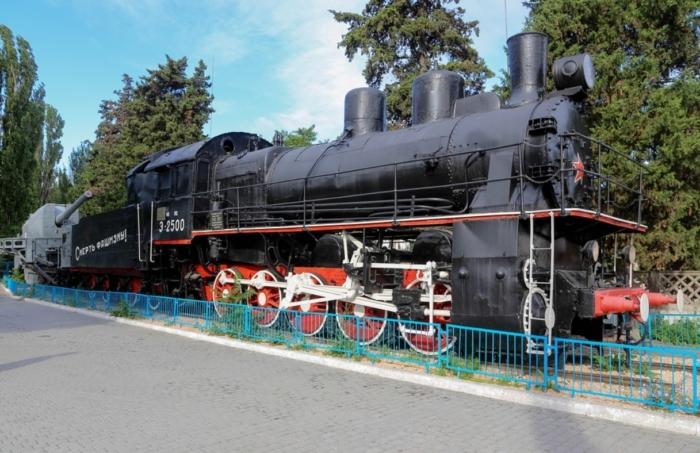 parovoz-bronepoezda-zheleznyakov-700x453