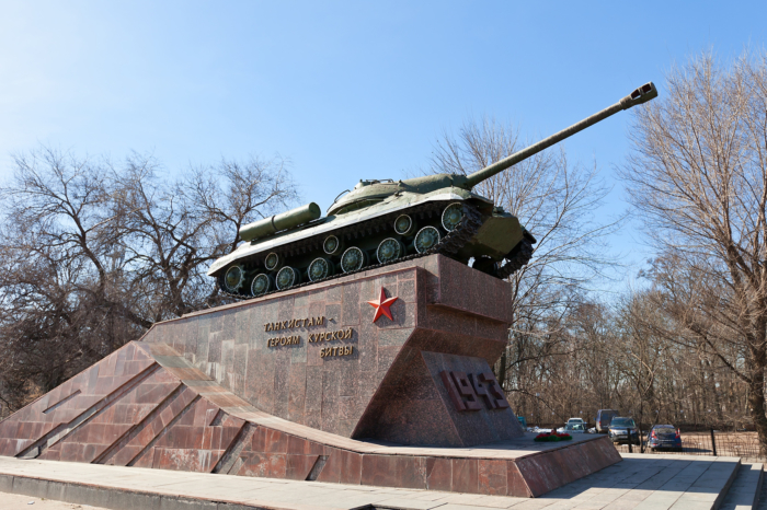 tankistam-geroyam-kurskoi-bitvy--700x466