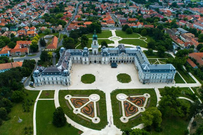 dvorets-feshtechich-700x467