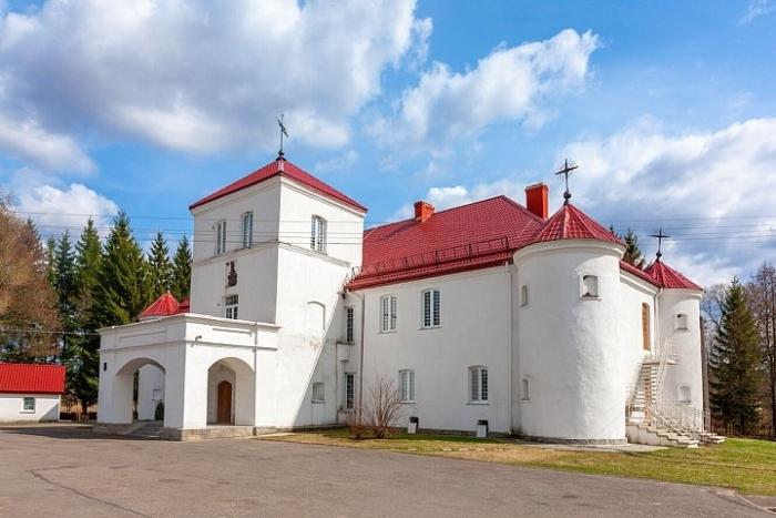 gajtyunishskij-dom-zamok-700x467