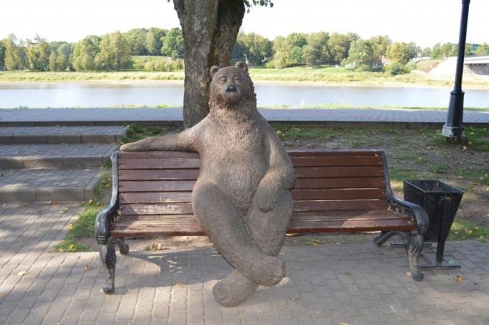 medved-na-skamejke-700x466